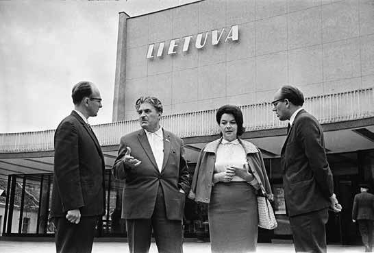 """J. Lozoraitis, svečiai iš Gruzijos ir V. Baniulis prie kino teatro """"Lietuva"""", 1966"""