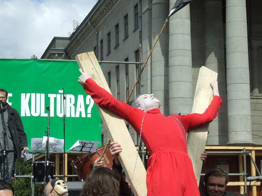 """2009 m. protesto mitingas prie Seimo """"Sudie, kultūra"""". gyčio norvilo nutraukimas"""