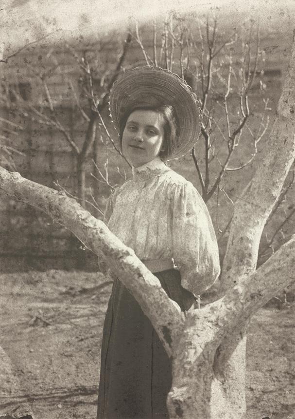 """Sofija Kymantaitė (1906). Nuotraukos iš M. K. Čiurlionio memorialiniame muziejuje  (M. K. Čiurlionio g. 35, Druskininkai) iki gegužės 20 d. veiksiančios parodos """"Neužmirštamoji Sofija"""", skirtos Sofijos Čiurlionienės-Kymantaitės 130-osioms gimimo metinėms"""