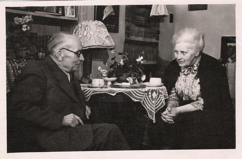 Zigmantas Skirgaila svečiuose pas Sofiją Kymantaitę-Čiurlionienę. Kaunas, 1956 m. kovo 22 d. Vladžio Zubovo nuotrauka iš Dalios Palukaitienės asmeninio archyvo
