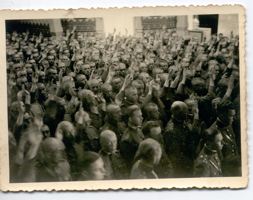 Šančių bažnyčioje duodami priesaiką rankas iškėlė 1918-aisiais gimę kariai. 1940 m. birželio 4 d.