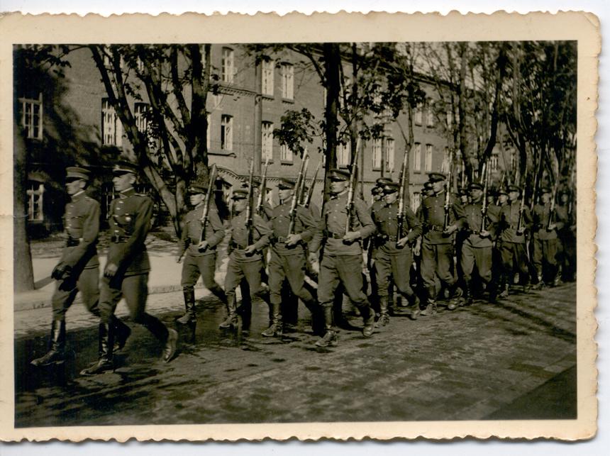 Lietuvos kariuomenės pulkas žygiuoja į Šančių bažnyčią duoti priesaikos. 1940 m. birželio 4 d.