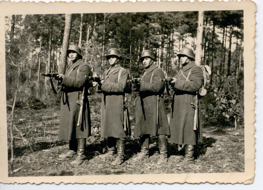 Stasys Mikšta (antras iš kairės) Alytaus karinėje stovykloje. 1940 m. rugsėjo 8 d.