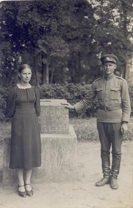 Stasys Mikšta su Adele Čereškevičiūte (simpatija, būsimąja žmona) per atostogas Veliuonoje. 1940 m. vasara. K. Griūšios nuotrauka