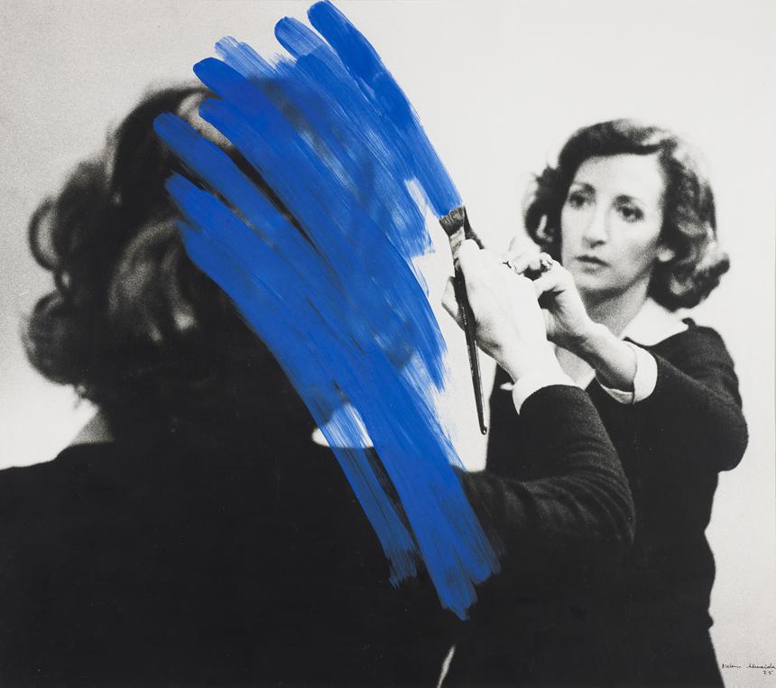 """Helena Almeida. """"Apgyvendinta tapyba"""", akrilas ant nuotraukos, 46 × 50 cm, 1975. Serralves fondo kolekcija – Porto Modernaus meno muziejus. Filipe's Bragos nuotrauka"""