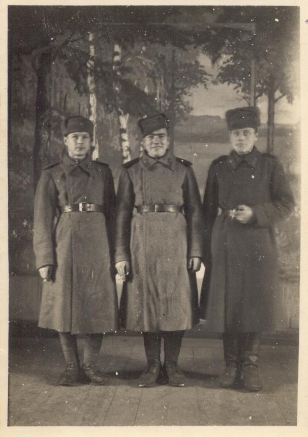 Stasys Mikšta (kairėje) sovietų kariuomenėje. Apie 1942 m.