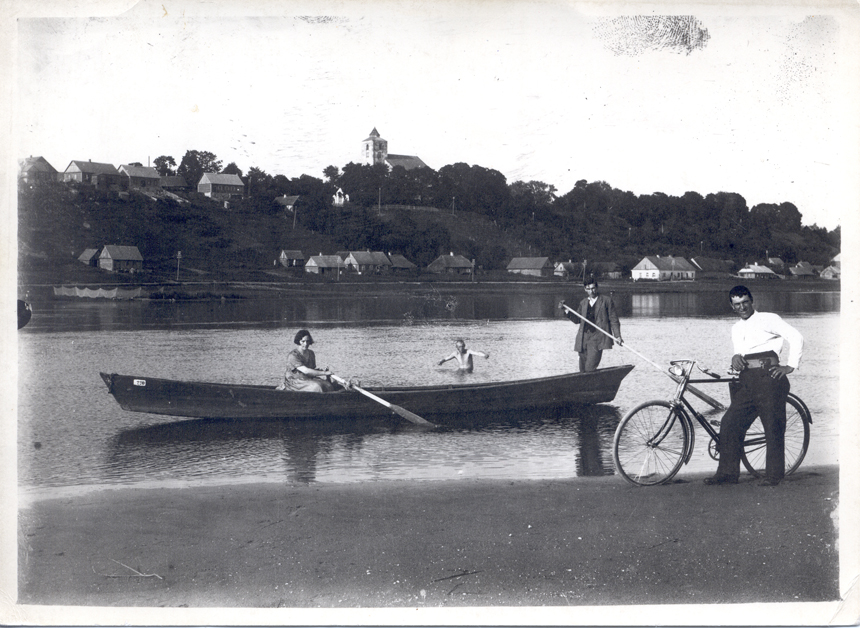 """""""Prieš kiekvienas kautynes atsisveikindavau su Nemunu ir gimtąja Veliuona..."""" 1939 m. Antano Mickaus nuotrauka"""