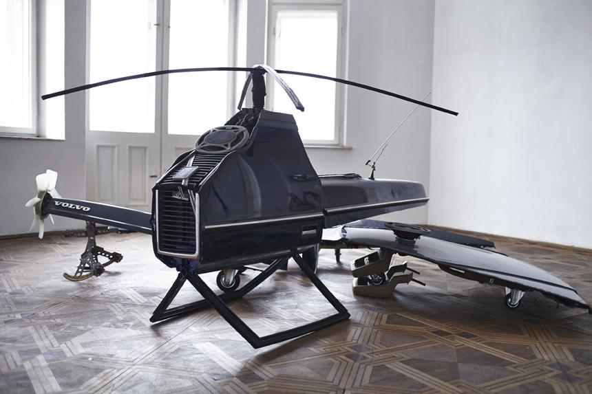 """Zuzanna Janin. """"Volvo 240, transformuotas į 4 dronus"""", skulptūra,  2014. Paweło Derkaczo nuotrauka"""