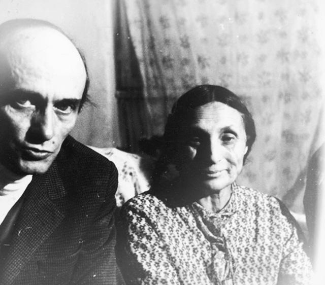 Jerzis Ficowskis ir Papusza.  Nuotrauka iš Lenkijos nacionalinio skaitmeninio archyvo