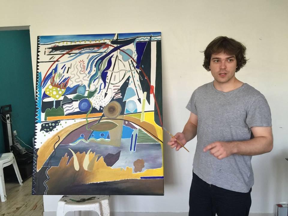 """Petras Lincevičius prie savo paveikslo """"Mėnesio, praleisto Abu Dabyje, dienoraštis"""". Nuotrauka iš """"Art Hub"""" archyvo"""
