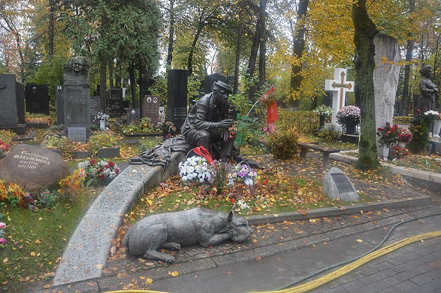 Cirko artisto Jurijaus Nikulino antkapinis paminklas Novodevičės kapinėse. Skulptoriaus Aleksandras Rukavišnikovas
