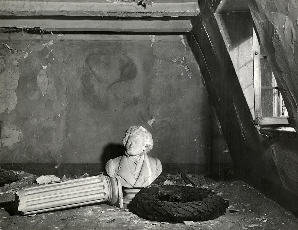 """Margaret Bourke-White. """"Kambarys Bonoje, kuriame gimė Beethovenas"""", nuotrauka, 18,7 x 24,2, 1945. Iš Michaelo Mattiso ir Judith Hochberg kolekcijos (Niujorkas)"""