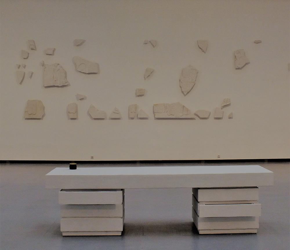 """Maria Loboda. """"Kolosalus rašomasis stalas"""", gipsas, medis, kremas nuo šalčio ir cigaretės, 2017. Iš ŠMC iki kovo 8 d. veiksiančios M. Lobodos parodos """"Švytinti švytinti švytinti sutinku savo pralaimėjimą"""". gyčio norvilo nuotrauka"""