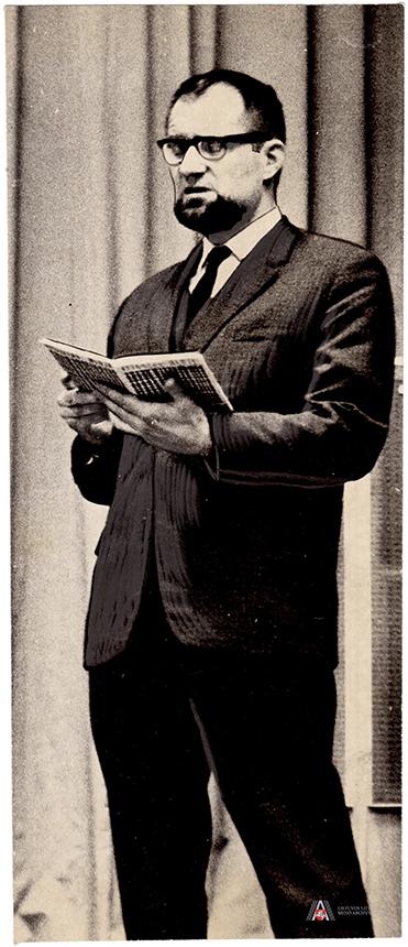 """Vytautas P. Bložė skaito eilėraščius iš poezijos rinkinio """"Iš tylinčios žemės"""", 1966 m. Lietuvos literatūros ir meno archyvas, f. 16, ap. 1, b. Nr. 13, l. 1."""