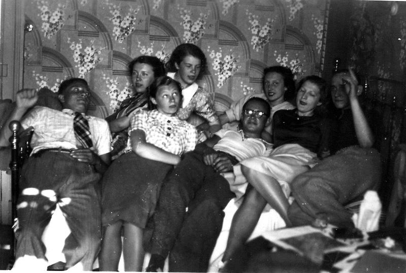 A. J. Greimo ir Jono Aisčio nuomojamame kambaryje Grenoblyje, 1937–1939 m. Greimas – pirmas iš dešinės. Nuotrauka iš Ramutės Iešmantaitės-Ramunienės asmeninio archyvo