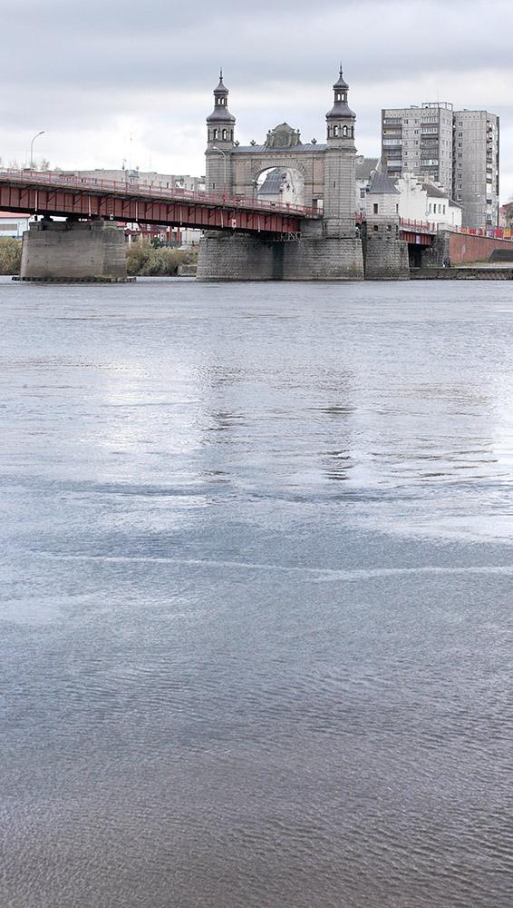 Karalienės Luizos tiltas, žvilgsnis nuo dešiniojo Nemuno kranto. Panemunė, Lietuva, 2016