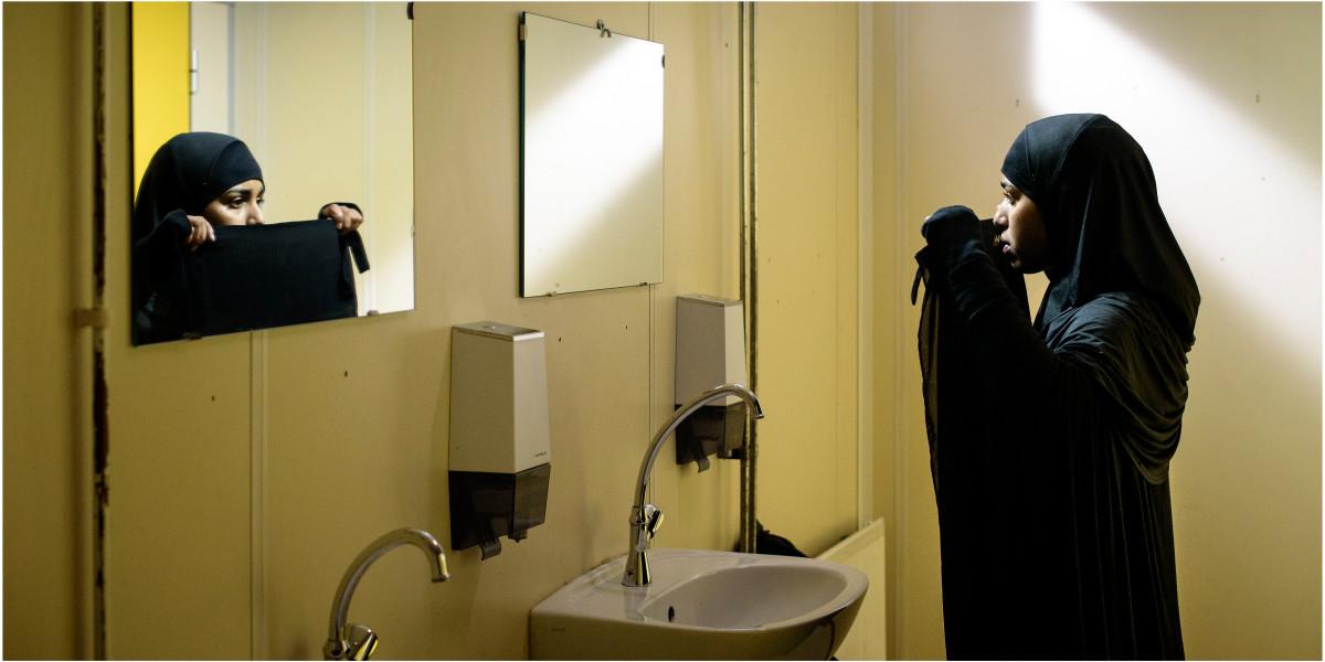 Layla M. nusprendžia radikalėti mokyklos tualete