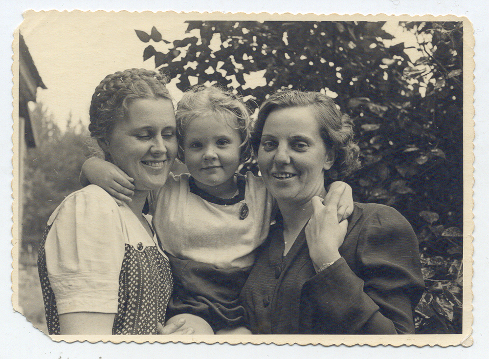 Su Mamyte  ir p. Aniceta Ežerėliuose 1947 m. vasarą (prie Vilniaus).  Nuotrauka iš asmeninio archyvo