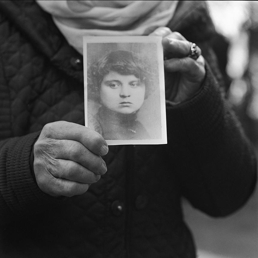 Dovilė Dagienė-DoDA. Irenos Saulutės Valaitytės-Špakauskienės rankose – mamos portretas