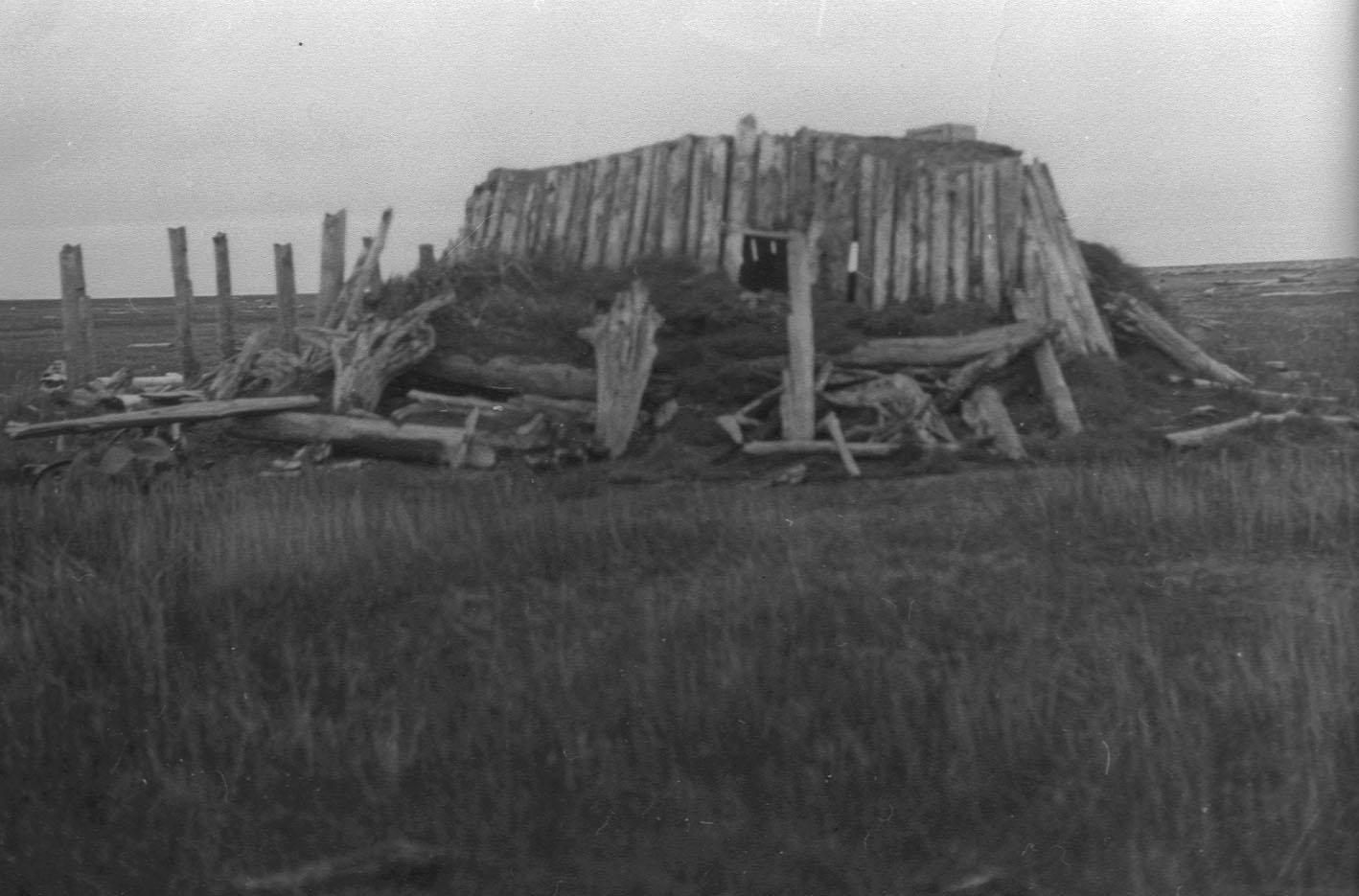 1943–1946 m. Anošinsko saloje lietuvių tremtinių pastatytos jurtos liekanos. Jakutija, 1989 m. Iš Lietuvos gyventojų genocido ir rezistencijos tyrimo centro Genocido aukų muziejaus rinkinių