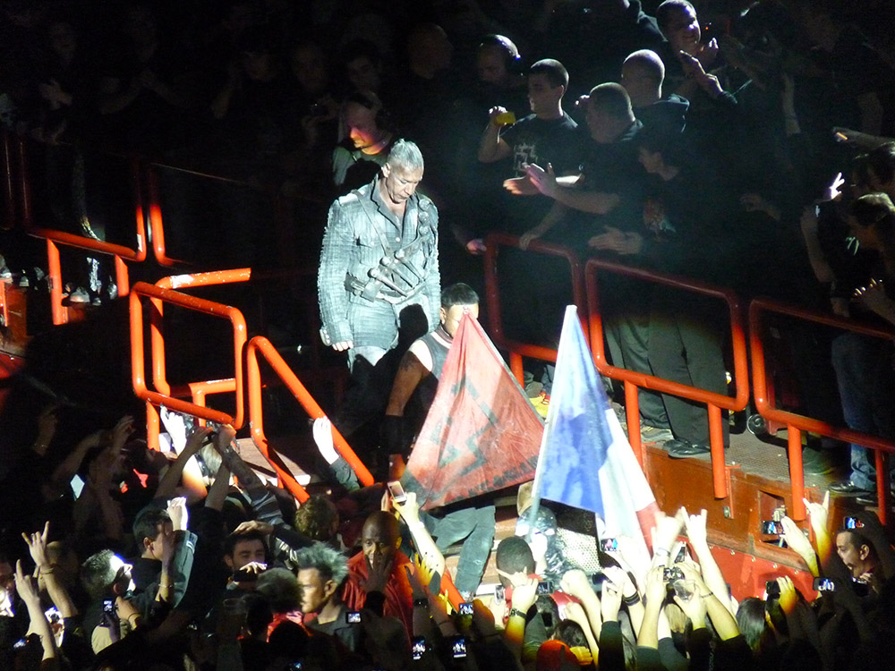 """Tillas Lindemannas (""""Rammstein"""" koncertas 2012 m. kovo 6 d. Paryžiuje). Mayos-Anaïs Yataghène nuotrauka"""
