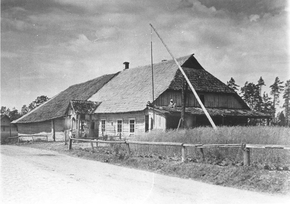 Kryžkalnio karčema ir pašto stotis, kur buvo suimtas emisaras Simonas Konarskis. Apie 1925 m. LVIA