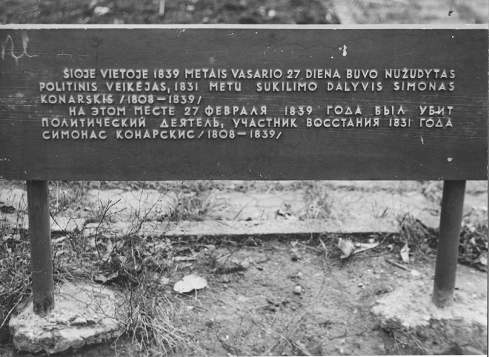 Simono Konarskio egzekucijos vietoje įrengta memorialinė lenta minint jo 165-ąsias gimimo metines. Nuotrauka iš V. Girininkienės asmeninio archyvo