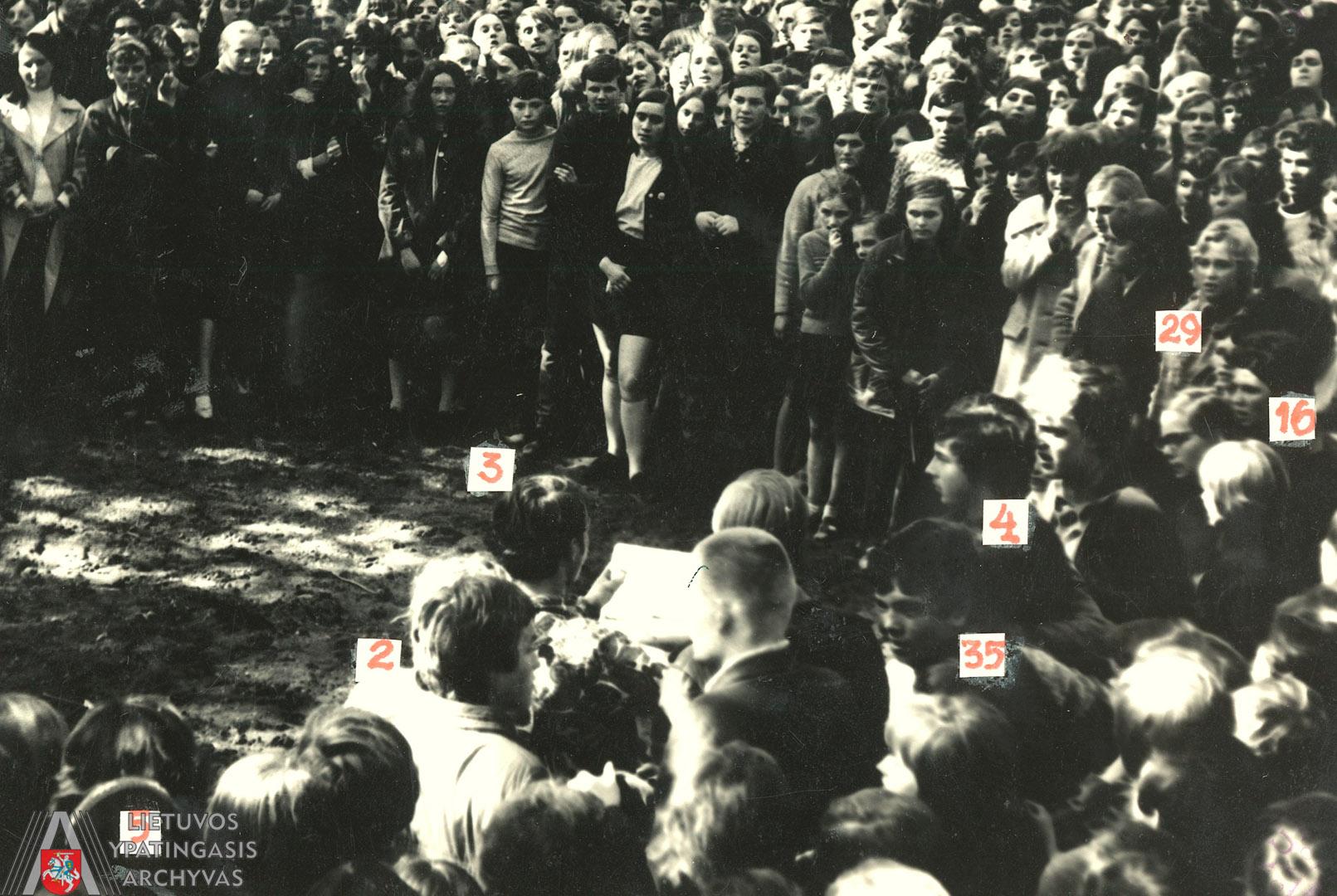 Kauno miesto sode pagerbti Romo Kalantos atminimo 1972 m. gegužės 18 d. susirinkę žmonės: Nr. 3 pažymėtas Rimantas Baužys skaito atsišaukimą, Vytautas Kaladė stovi tarp Nr. 2 ir Nr. 35 pažymėtų asmenų. Lietuvos ypatingasis archyvas, f. K-1, ap. 58, b. 476 44/3, t. 1, l. 91