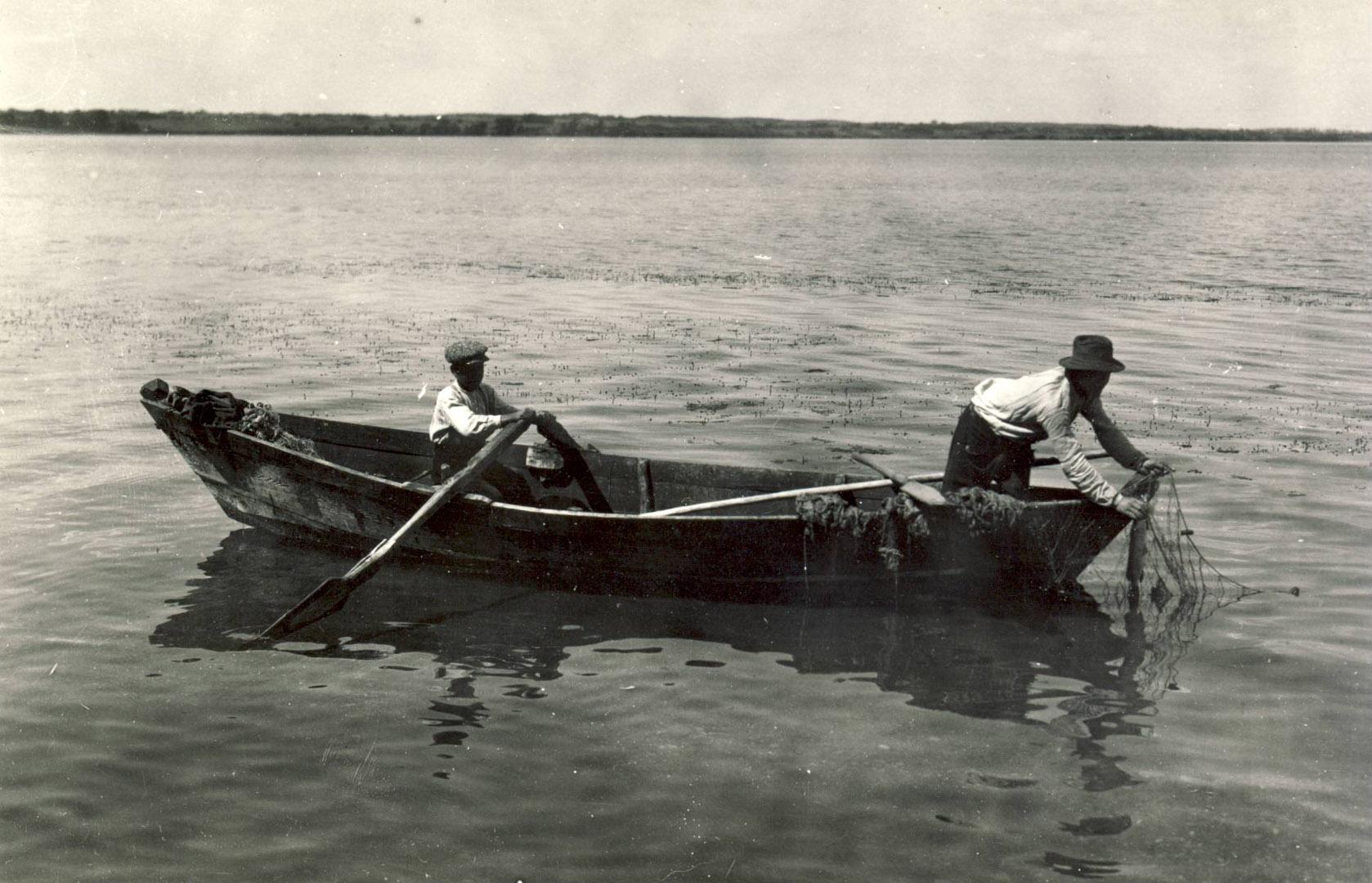 Vietiniai žvejai gaudo žuvį Trakų ežeruose. S. Kolupailos nuotrauka