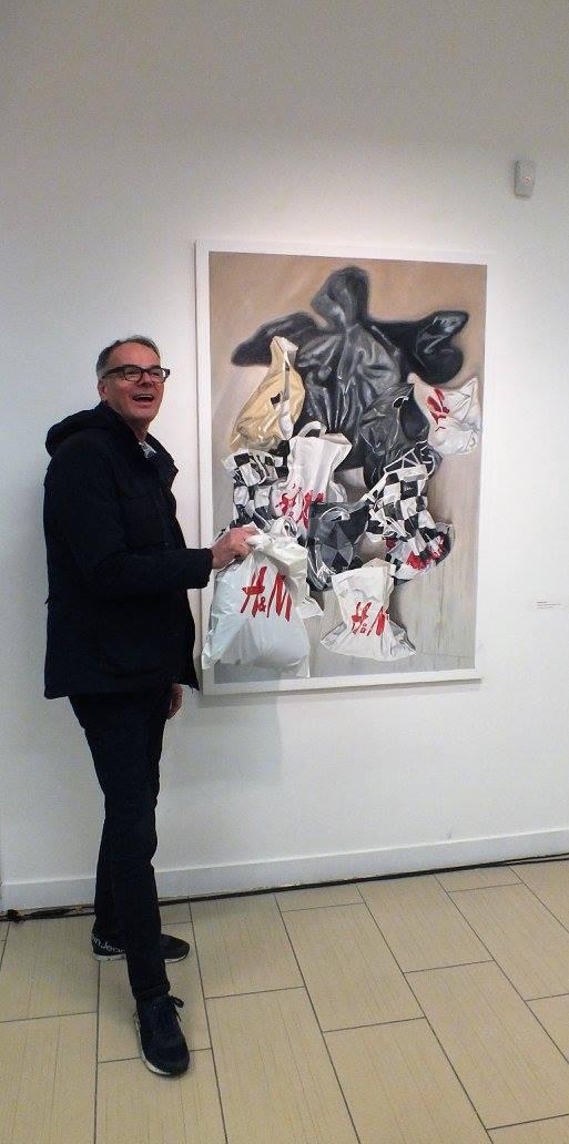"""Šalia Alo Valge darbo """"Plastikinio maišelio semiotika"""", drobė, aliejus, 150 x 100 cm, 2017 (gyčio norvilo nuotrauka)"""