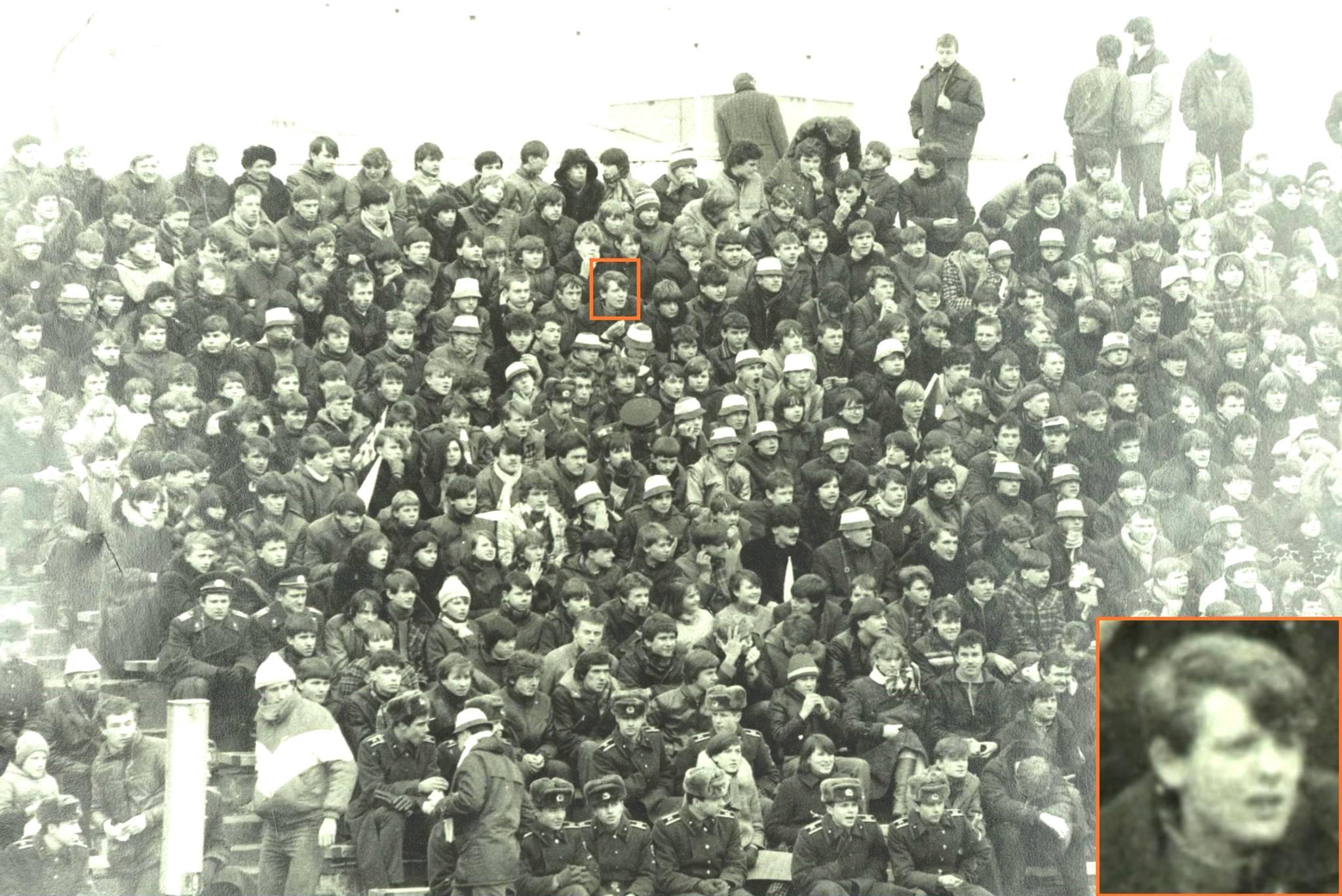 """Vilniaus """"Žalgirio"""" futbolo komandos sirgaliai per rungtynes (1985-03-15). Pažymėtas ir atskirai išskirtas rašinio autorius Povilas Girdenis. LSSR KGB darbuotojų daryta nuotrauka. Lietuvos ypatingasis archyvas, f. K-18, ap. 2, b. 202, t. 1, l. 269."""