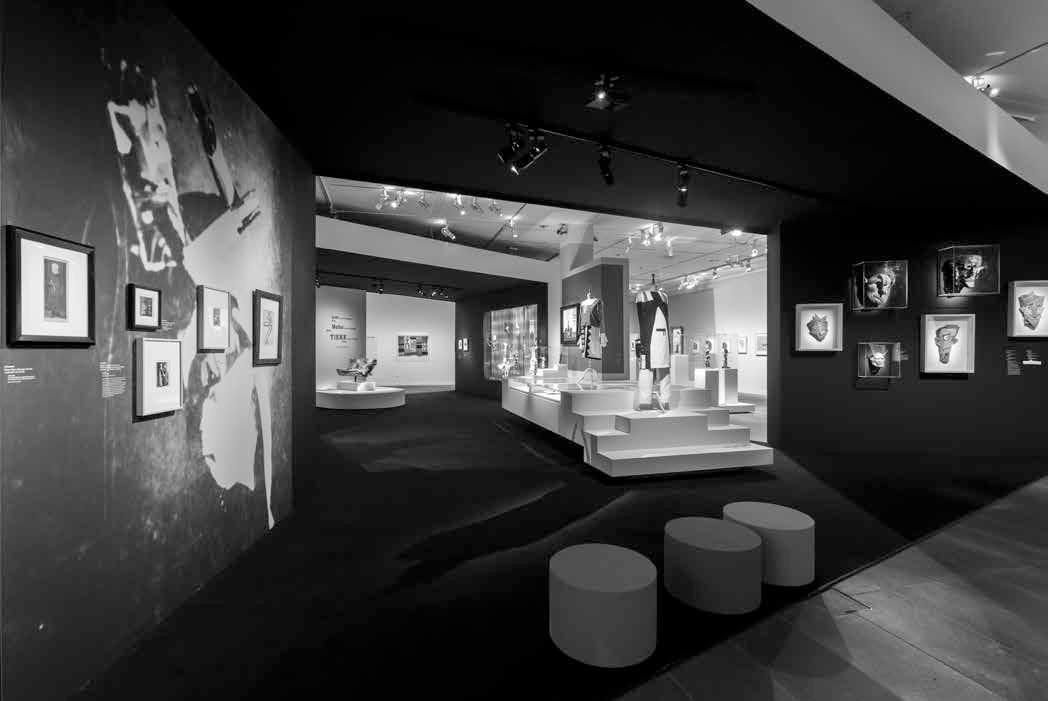 """Rirkrit Tiravanija. Be pavadinimo (""""Šios visuomenės dienos suskaičiuotos / 2012 m. gruodžio 7 d."""", 2014 Hannah Höch. """"Iš kolekcijos: iš vieno etnografijos muziejaus Nr. IX"""", 1929 Parodos """"Dada Afrika!"""" fragmentas. © Musee de l'Orangerie, Sophie Boegly"""