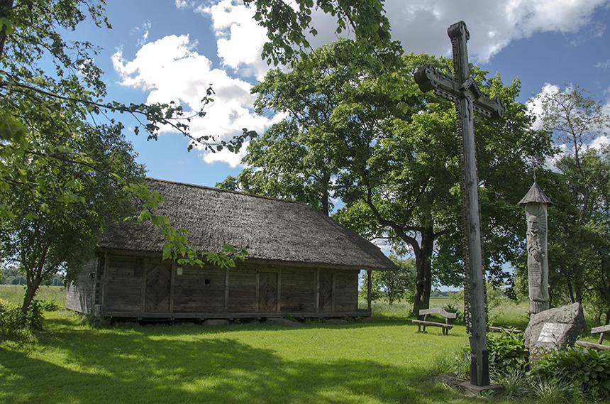 """Vieninteliame išlikusiame S. Daukanto gimtosios sodybos Kalviuose pastate – klėtelėje 1983 m. spalio 30 d. atidarytas memorialinis muziejus. Kieme yra paminklinis akmuo, atstatytas kryžius ir S. Daukanto skulptūra (autorius J. Prušinskas), kurioje išskaptuoti švietėjo žodžiai: """"Aš ir tuo džiaugsiuos ir linksminsiuos, jog pirmas tarp lietuvių gudresniems vyrams rašyti kelią praskyniau."""" Iš Vidos Girininkienės archyvo"""