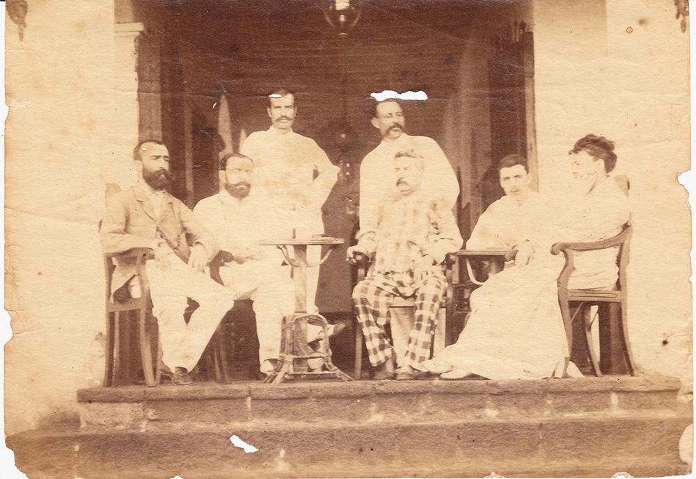 """A. Rimbaud (antras iš dešinės) viešbutyje """"L'Univers"""", Adene (Jemenas), 1880. © Adoc/Libraires associés"""