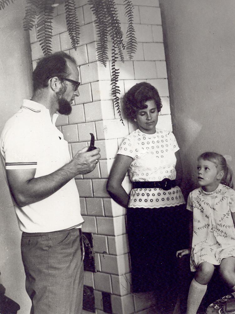 Arūnas Žebriūnas, Giedrė Kaukaitė ir dukra Monika namuose (Vaižganto g. 4, Vilnius) apie 1973 m. Nuotraukos iš Žebriūnų  šeimos archyvo