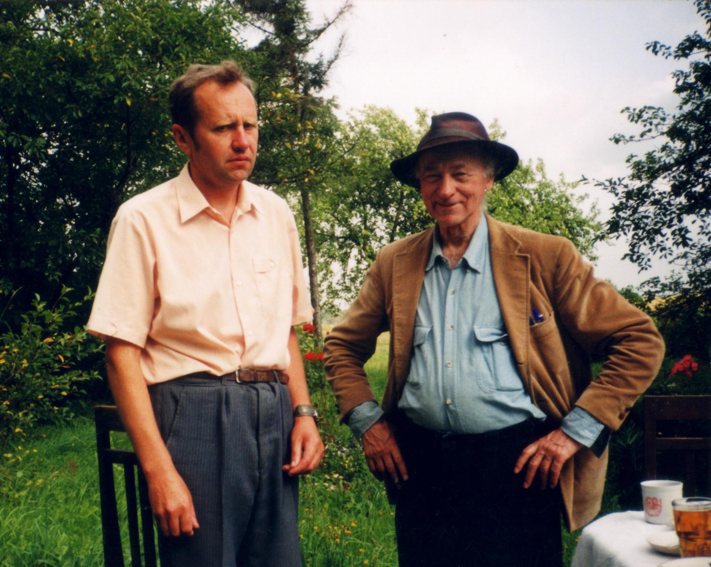 Savo gimtojoje sodyboje Gėsaluose su Jonu Meku. 1995 08 07