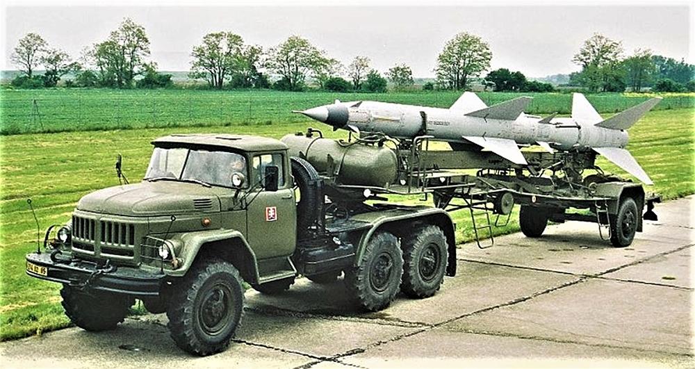 Tokiu sunkvežimiu ir priekaba į griovį įvirto eilinis Džurajevas.  Nuotrauka iš www.ausairpower.net