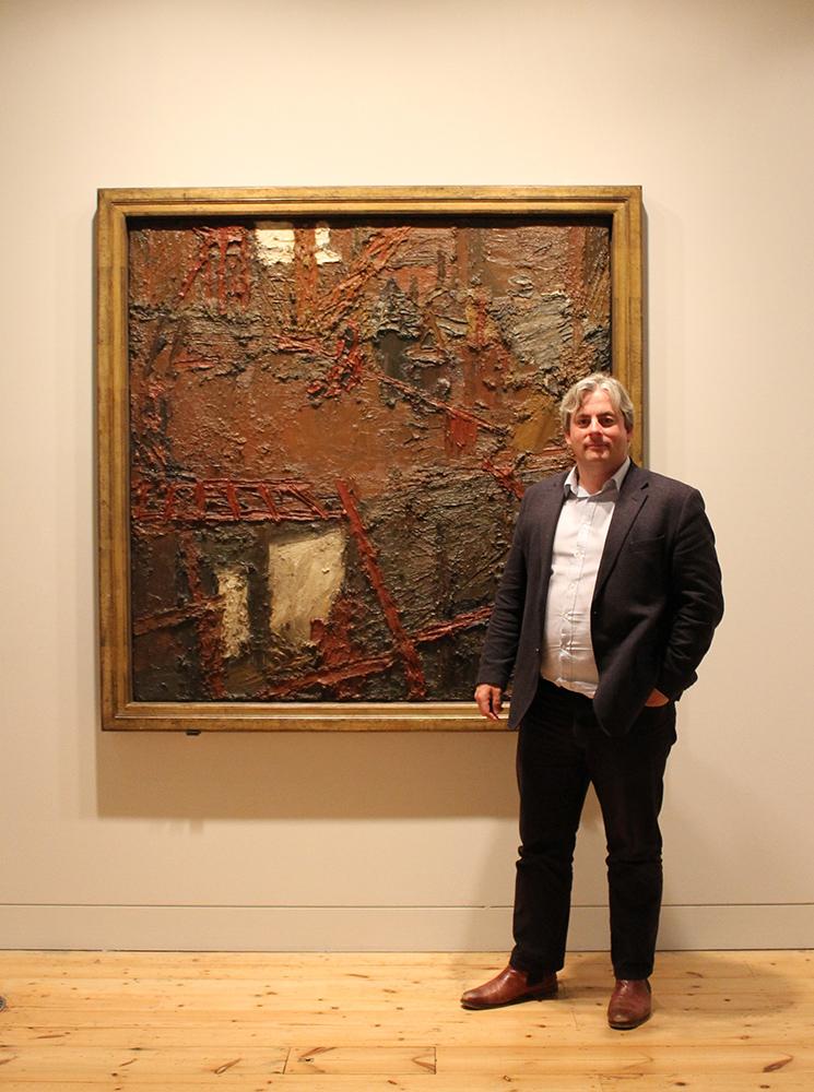 Barnaby Wrightas šalia Franko Auerbacho paveikslo.  Nuotrauka iš asmeninio archyvo
