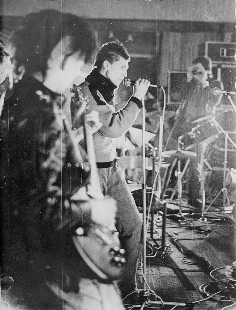 """Pankroko grupės WC, kuriai prieš koncertą buvo griežtai nurodyta pakeisti pavadinimą į """"Komanda V"""", nariai Nėrius Pečiūra-Atsuktuvas (su gitara) ir V. D. Šimanskas-Varveklis Vilniaus roko klubo atidarymo koncerte 1987 m. kovo 8 d. Nuotrauka iš N. Pečiūros asmeninio archyvo"""