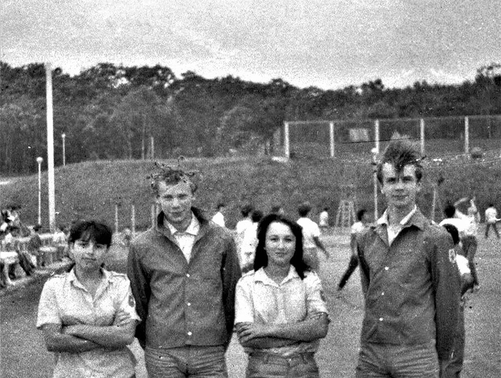 """Vladivostoko pionierių stovyklos """"Okean"""" šukuosenų konkurso dalyviai Juozas (dešinėje) ir Alfa su Maskvos radijo ir televizijos choro dainininkėmis. 1984 m. liepos mėn. Nuotrauka iš P. Girdenio asmeninio archyvo"""