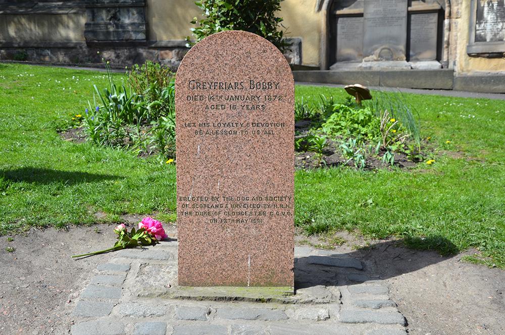 Paminklas Bobiui Edinburgo gatvių sankryžoje ir jo kapas Pilkojo vienuolyno (Greyfriars) bažnyčios šventoriuje. Autorės nuotraukos