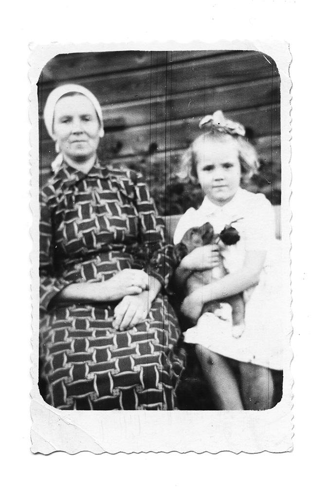 Su Plungės Mama ir šuniuku Cypka, 1949 m.  Nuotrauka iš G. Kaukaitės asmeninio archyvo