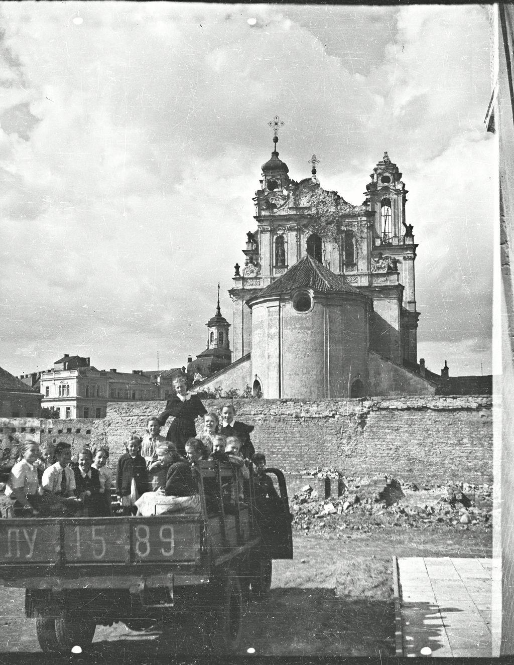 1951 m. mokiniai kraustosi į naują S. Nėries mokyklos pastatą. J. Dovydaičio nuotrauka iš Lietuvių tautosakos rankraštyno duomenų bazės